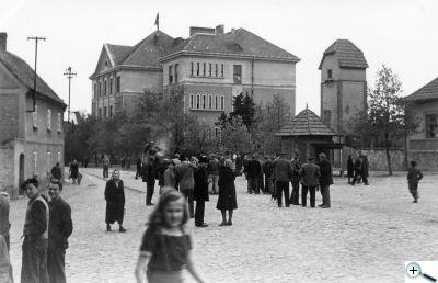 9. květen 1945 před peruckou školou
